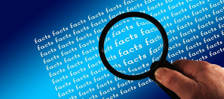 Der Text Facts wird durch eine Lupe gezeigt