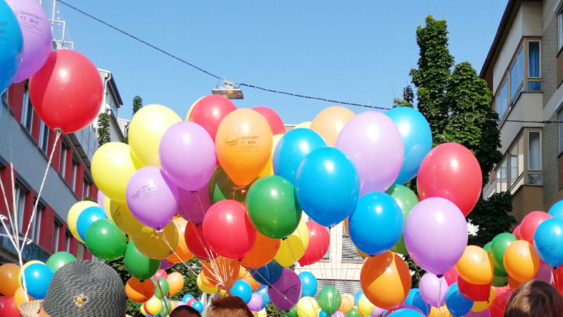viele bunte Luftballons auf dem Demozug des IDAHOBIT 2019