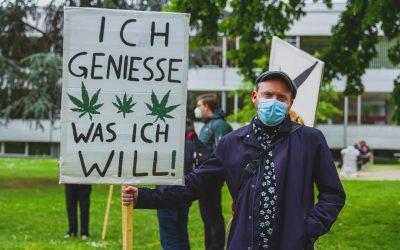 Stadtrat Heinz Zell aus Ludwigshafen auf dem Global Marijuana March mit einem Schild in der Hand. Auf dem Schild steht : Ich genieße was ich will.
